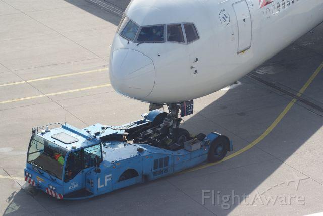 BOEING 767-300 (N394DL) - Delta Air Lines B767-324ER cn27394 push back