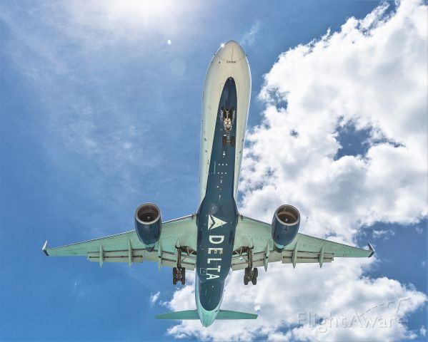 Boeing 757-200 (N692DL) - Delta Airlines over the maho beach at St Maarten.