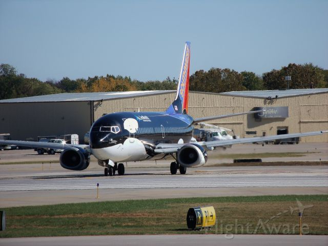 BOEING 737-300 (N334SW) - Taxiing to the runway, Glad you came back to Des Moines Shamu!