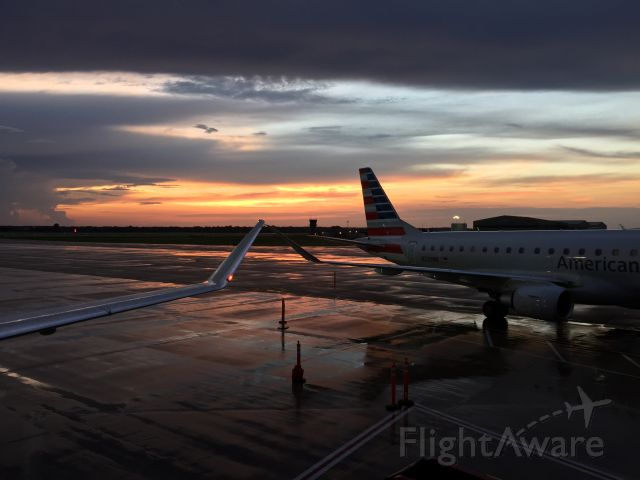 Embraer 170/175 (N225NN)