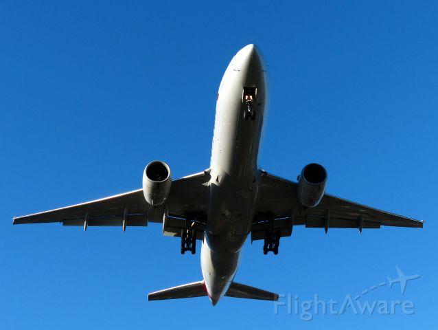 Boeing 777-200 (N758AN) - final pista 35