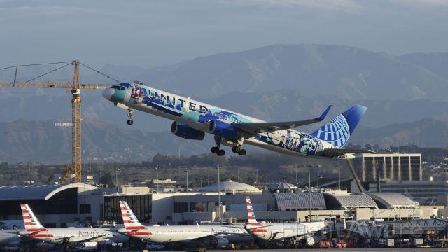 Boeing 757-200 (N14102) - Departing LAX on 25R