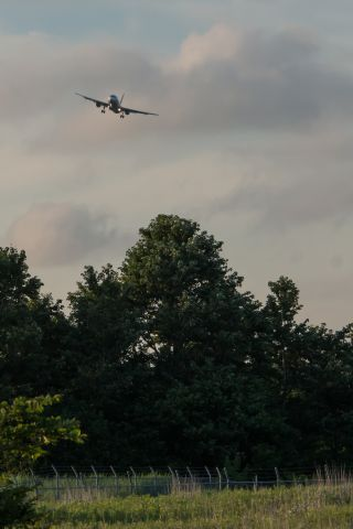 de Havilland Dash 8-200 (JA8385)