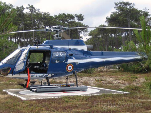 """Beechcraft Baron (58) (JCJ) - Beach """"Petit Nice"""" Arcachon. Gendarmerie.br /Ecureuil  AS 350 BA"""