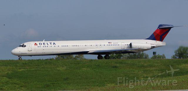 McDonnell Douglas MD-88 (N915DL) - Delta 708 loaded with Kentucky Derby passengers departs runway 22 headed for KATL Atlanta Hartsfield-Jackson INTL, GA USA.