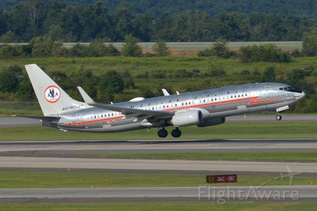 Boeing 737-700 (N905NN) - Rotating off 36C - KCLT
