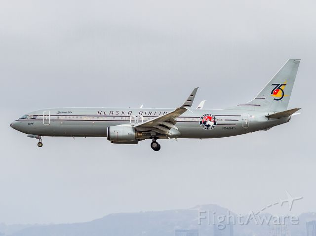 Boeing 737-800 (N569AS)