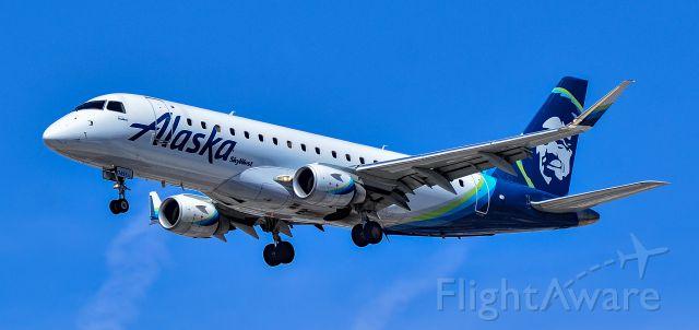 EMBRAER 175 (long wing) (N174SY) - N174SY Alaska Airlines Embraer ERJ-175LR (ERJ-170-200 LR) s/n 17000517 (SkyWest Arlines) - Las Vegas - McCarran International Airport (LAS / KLAS)br /USA - Nevada April 30, 2021br /Photo: Tomás Del Coro