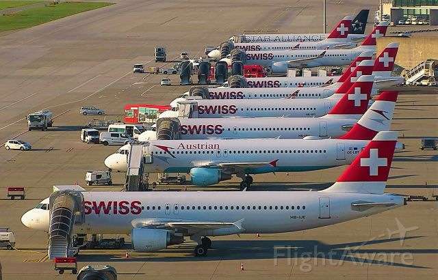 Airbus A320 (HB-IJE) - A Full House!