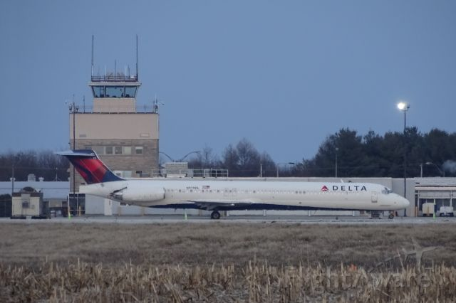 McDonnell Douglas MD-88 (N978DL) - Very rare sight at CMI, Delta MD-88 chartered by MSU Men's Basketball for their game against the Illini!