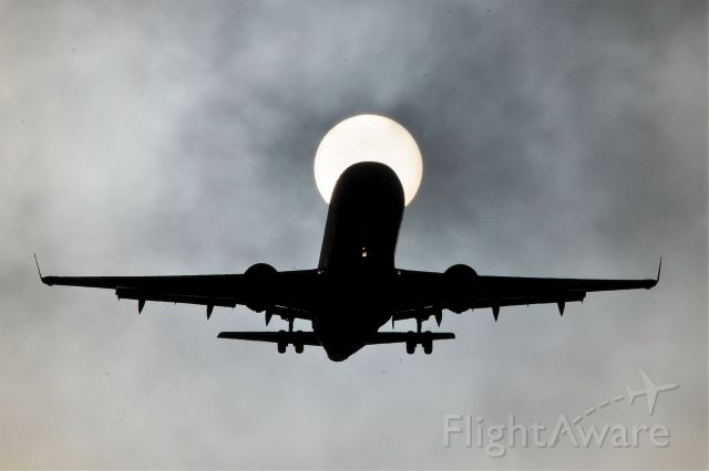 Embraer 175 — - This is actualy the sun being filtered by a low thin layer of clouds.