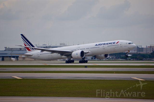 BOEING 777-300ER (F-GSQI)