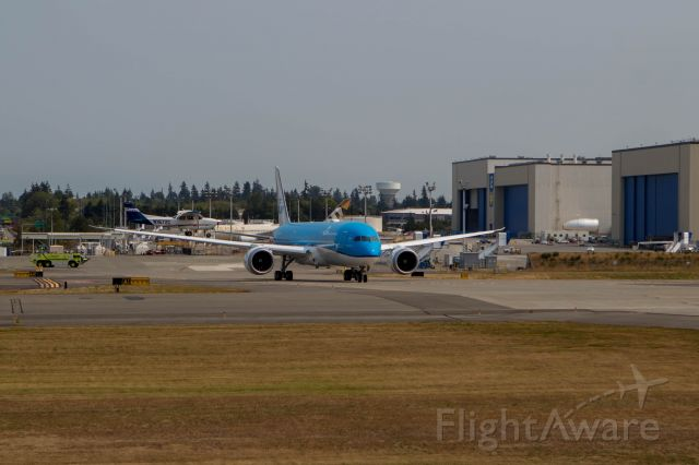 Boeing 787-8 (PH-BHP) - A KLM 787 waits its turn for a ATP Cessna to land on its wing. Wait What?!?!