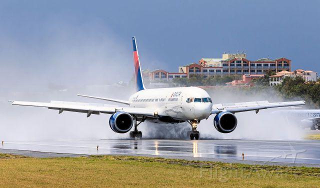 Boeing 757-200 (N633DL) - Delta N633DL landing on awet runway at TNCM.<br />25/03/2016