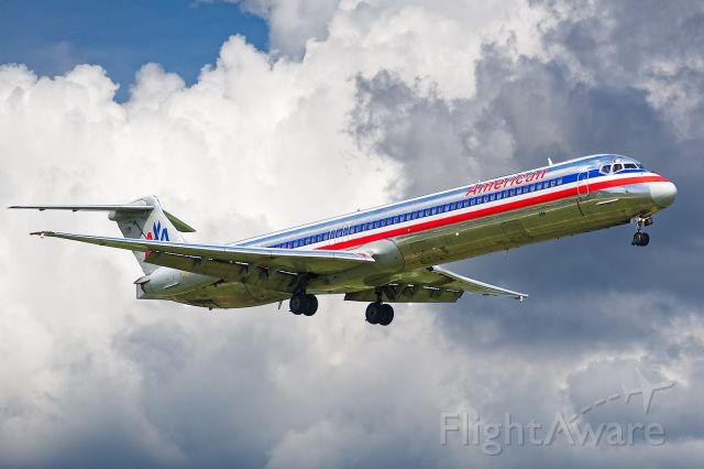 McDonnell Douglas MD-82 (N586AA)