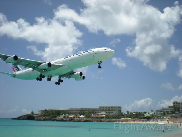 — — - Air France A340 short final St. Martin.