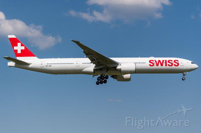 BOEING 777-300 (HB-JNC)