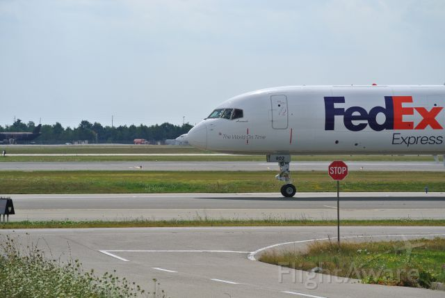 Boeing 757-200 (C-FMEK) - Fed Ex 57 taxing after landing on 23