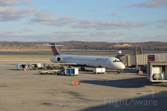 McDonnell Douglas MD-90 (N926DH) - Delta 1582 arrived from Atlanta at 4:49 9P.M.  This was the last flight on a MD90 on this route.  Taken March 1,2016 with a Nikon D3200.