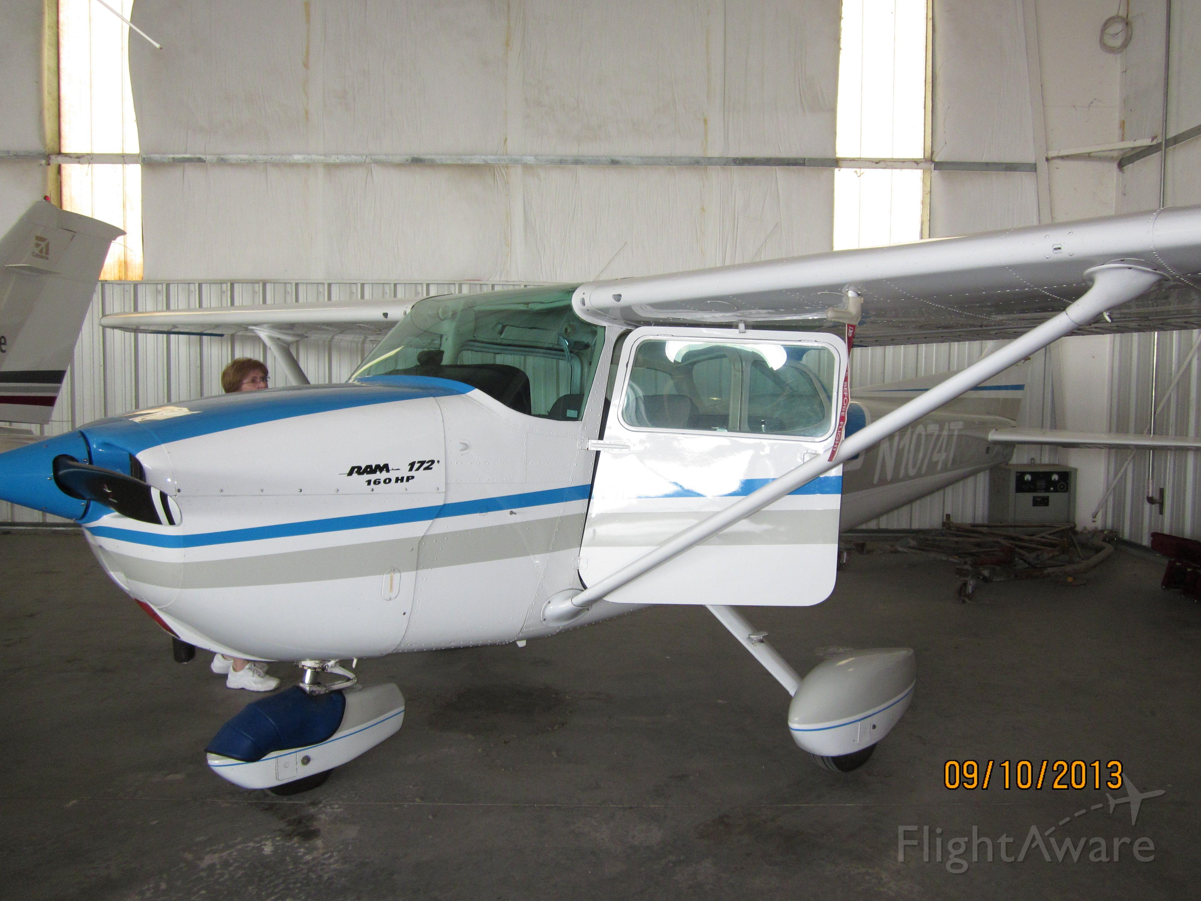 Cessna Skyhawk (N1074T)