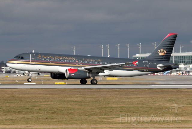 Airbus A320 (JY-AYR)
