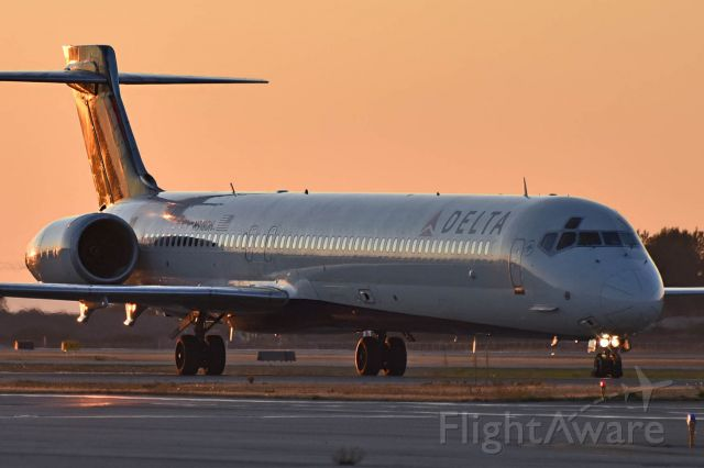 McDonnell Douglas MD-90 (N918DH)