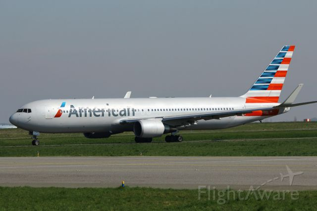 BOEING 767-300 (N39367) - AAL Flt.41 taxiing just before a flight to ORD