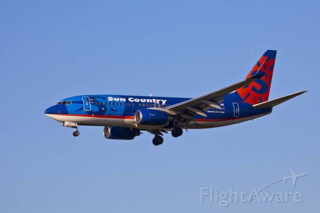 Boeing 737-700 (N711SY) - LAX