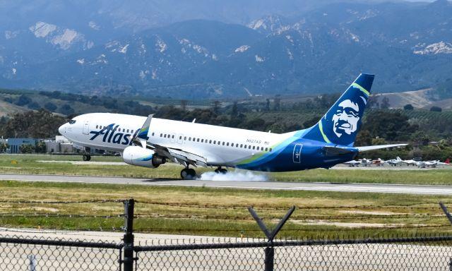 Boeing 737-800 (N527AS) - Alaska Airlines Boeing 737-800 smokin' it on runway 25 at Santa Barbara from Seattle.