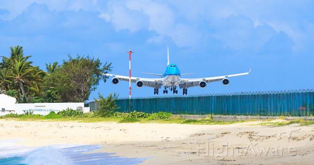 Boeing 747-400 (PH-BFH) - KLM landing at TNCM