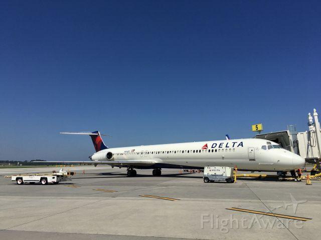 McDonnell Douglas MD-88 (N916DE) - MD-88 N916DE from Atlanta resting at gate 5 on 09-03-2019.