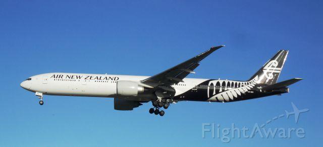 Boeing 777-200 (ZK-OKS)