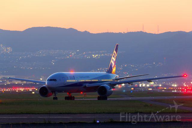 Boeing 777-200 (JA703A)
