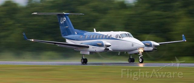 Beechcraft Super King Air 300 (N820UP) - Nearing rotation on the way to Syracuse