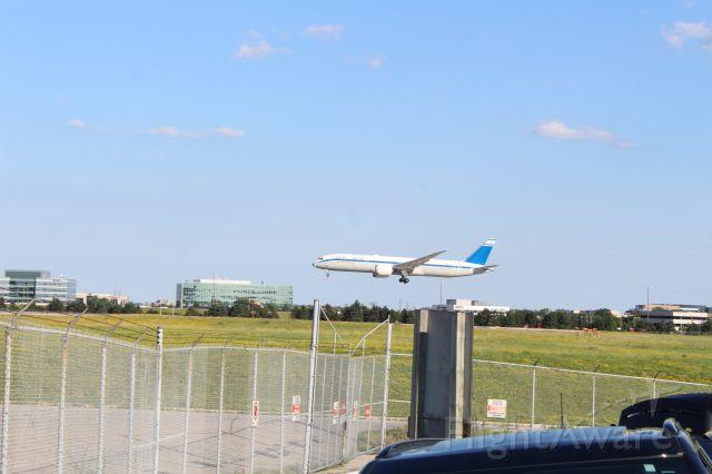 Boeing 787-9 Dreamliner (4X-EDF) - El Al Retro livery arriving runway 06L
