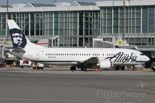 BOEING 737-400 (N760AS) - August 3, 2009 - at the gate in Vancouver