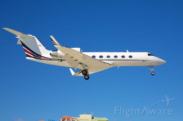 Gulfstream Aerospace Gulfstream IV (N424QS) - Very smart Gulfstream IV about to touch down in Sint Maarten..