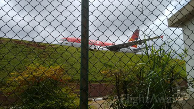 Airbus A318 (PR-ONI) - Belíssimo local para contemplar essas máquinas. O Aeroporto de Congonhas ainda mantém seu charme. <br>Obs: Foto tirada no dia 9 de Dezembro de 2015
