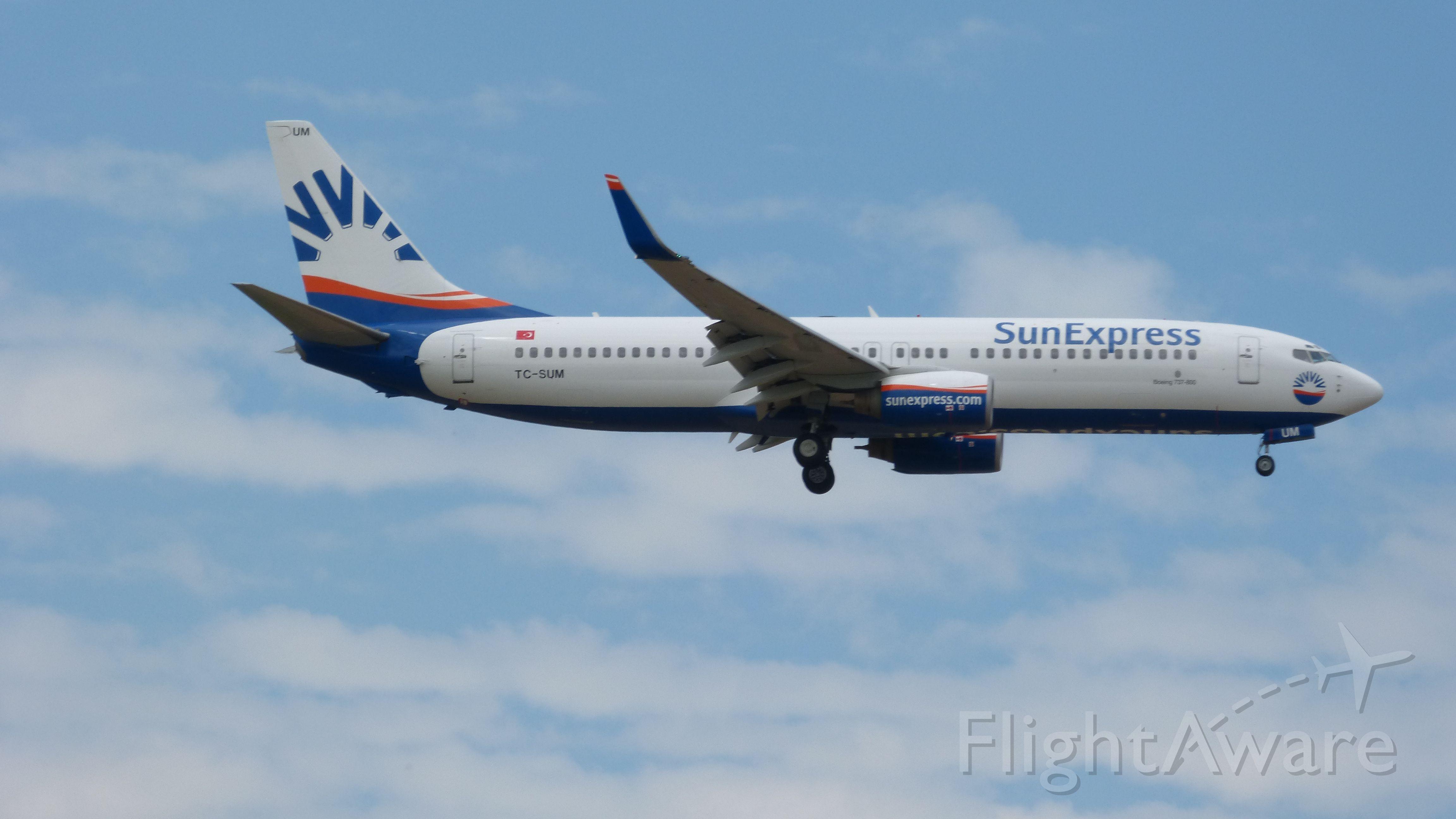 Boeing 737-700 (TC-SUM) - Eine B737-800 der Sun Express bei der Landung in FRA am 19.05.2013.