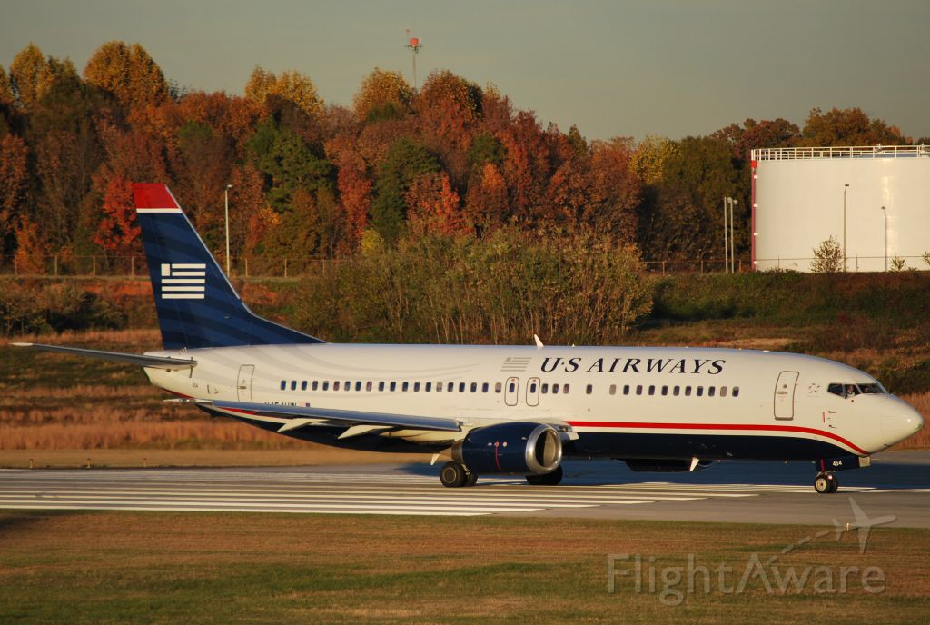 BOEING 737-400 (N454UW) - Lined-up and waiting 18C - 11/13/10