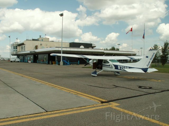 Cessna Skylane (N752H) - Stop for Canadian customs on the way home.  Always nice to deal with!