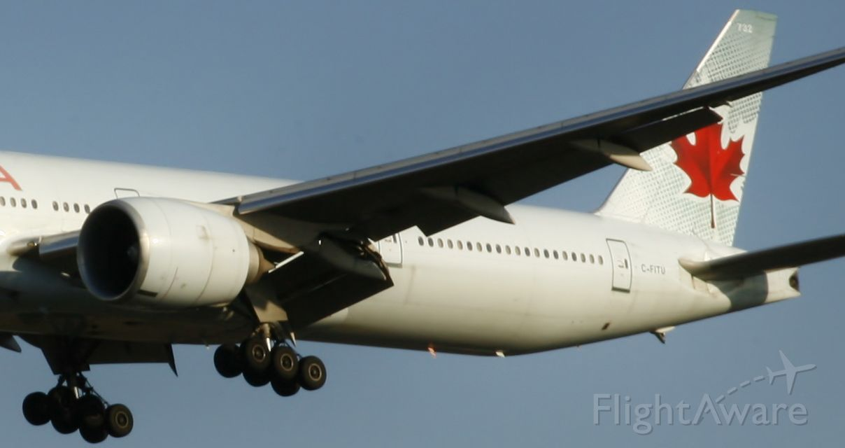 Boeing 777-200 (C-FITU)