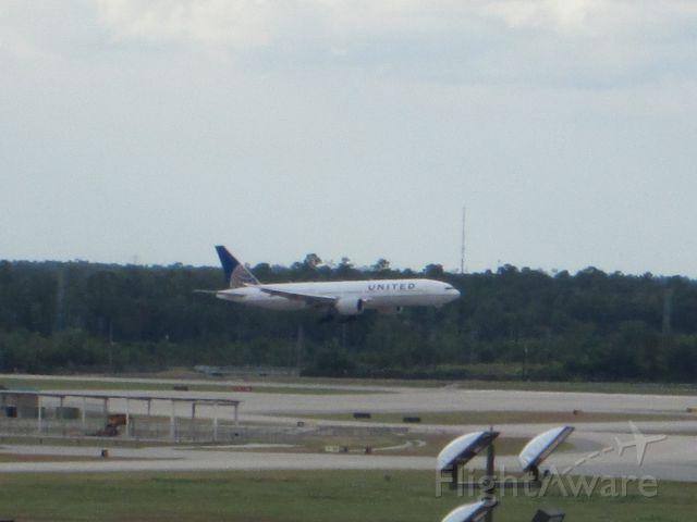 Boeing 777-200 (N74007)