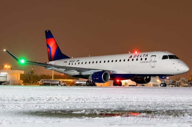 """Embraer 175 (N251SY) - Full Quality Photo: <a rel=""""nofollow"""" href=""""http://www.jetphotos.net/photo/8463633"""">http://www.jetphotos.net/photo/8463633</a>"""