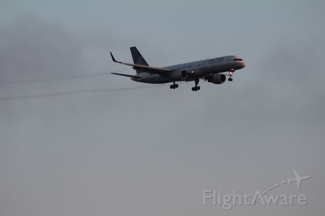 Boeing 757-200 (N546UA) - Early morning arrival over Dockweiler State Beach.