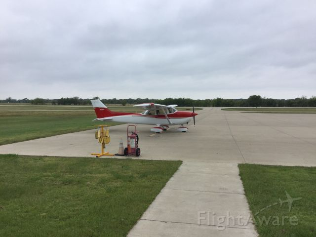 Cessna Skyhawk (N124TW) - Eating breakfast at the Red Barn Cafe