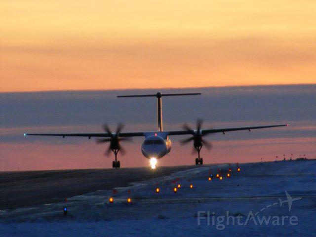 de Havilland Dash 8-400 — - porter taxing to end of #25