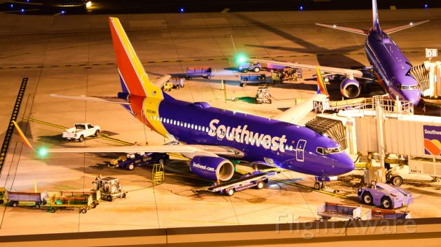 Boeing 737-700 (N561WN) - Loading Up at KPHX