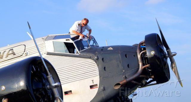 JUNKERS Ju-52/3m (HB-HOT) - Da legt der Kapitän selbst Hand an.