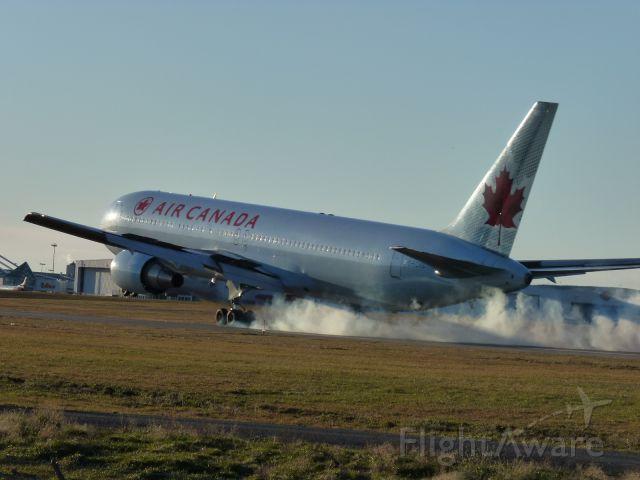 BOEING 767-300 (C-FCAB) - 889 LANDING RUNWAY #25